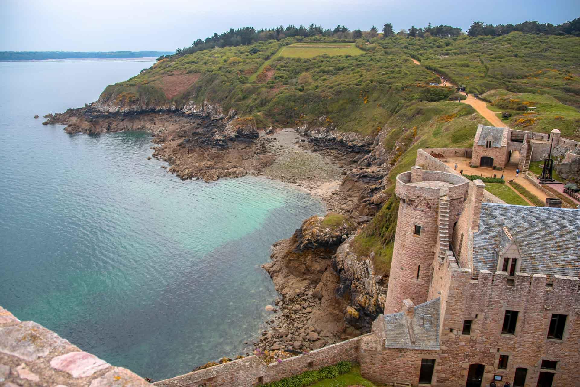 Vue sur le Fort la Latte de la tour du château